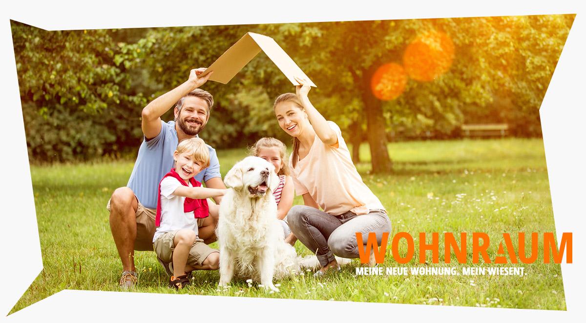 Familie mit Kindern und Hund und einem ersten Dach über dem Kopf