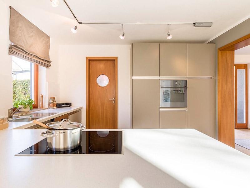 Küchenbereich des Aumer Musterhaus, Massivhaus