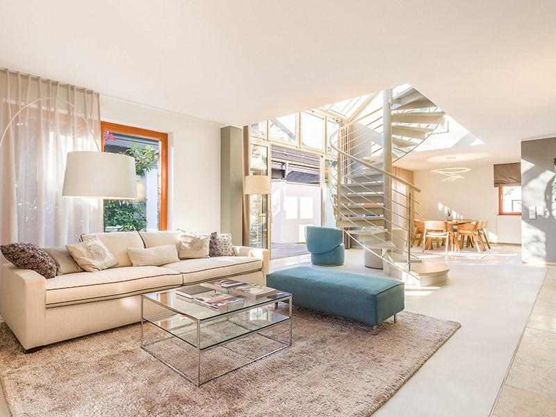Ansicht des Wohnzimmers mit Freitreppe im Aumer Massivhaus Musterhaus