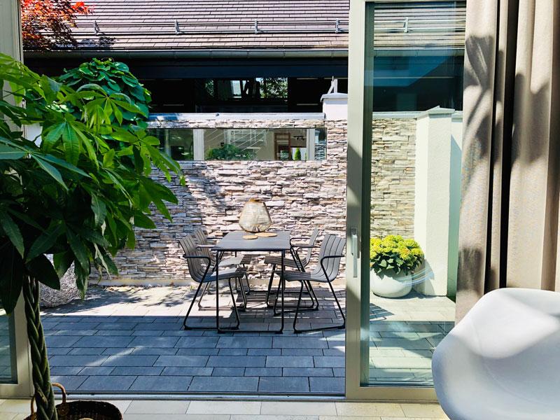 Nachhaltige Outdoormöbel im Aumer Massivhaus Musterhaus in Poing
