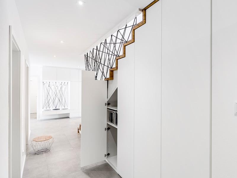 Aumer Massivhaus, Haus des Monats Juni, Treppenaufgang mit Einbauschrank
