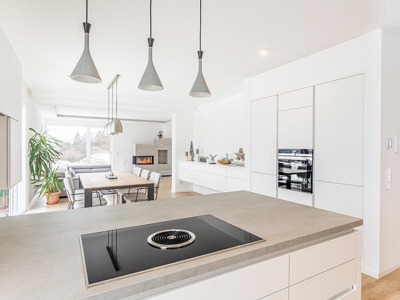 Aumer Massivhaus, Haus des Monats Juni, Ansicht Küche und Wohnzimmer